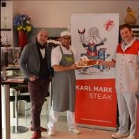 Roland Grundheber (von links), Patrick Böttel und Manfred Schmitt präsentieren Marx-Wurst und MArx-Steak - 5VIER