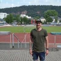 Eintracht-Kapitän Simon Maurer vor dem Hauptplatz. Foto: 5vier.de / Manuel Maus
