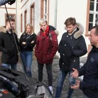 SChülergruppe interessiert sich für Mechatronikerausbildung. - 5VIER