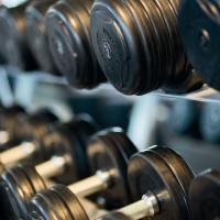 bodybuilding-close-up-dumbbells-260352 - 5VIER