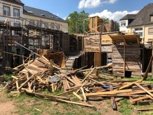 Tufatopolis wird abgerissen, Holzreste werden kostenlos abgegeben.  Bild: Tufa Trier - 5VIER
