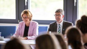 Universitätspräsident Prof. Dr. Michael Jäckel informiert Ministerpräsidentin Malu Dreyer über Entwicklungen in den Studiengängen der Pflegewissenschaft.  Bild: Pressestelle Uni Trier - 5VIER