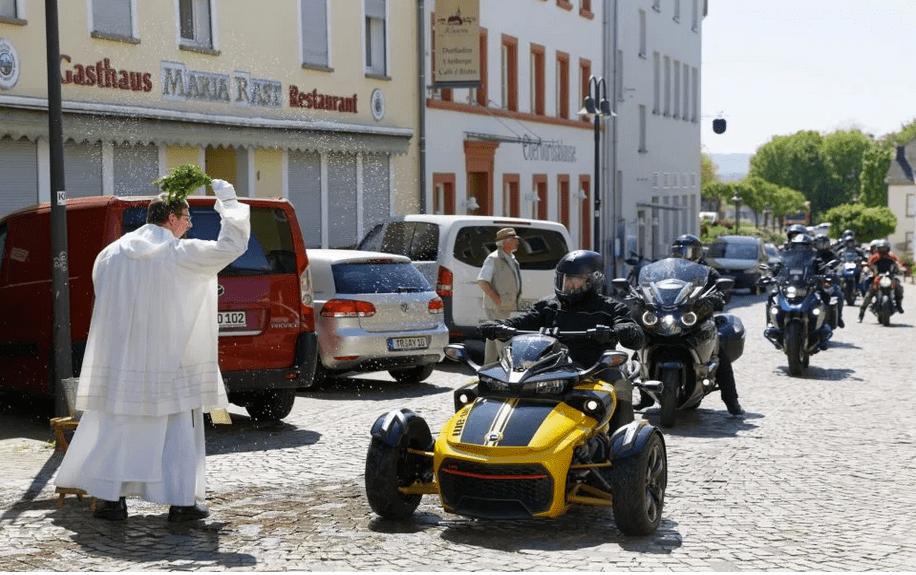 Pater Albert Seul OP segnet Motorradfahrer im Vorbeifahren in Klasen - Pressefotos: Franz Peter Wasser