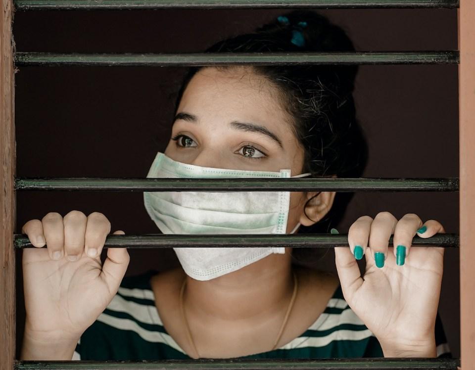 Frau_mit_Schutzmaske_am_Fenster_Foto von Nandhu Kumar von Pexels