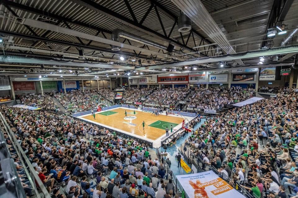 Das Bild zeigt eine voll gefüllte Arena Trier bei einem Gladiators Spiel