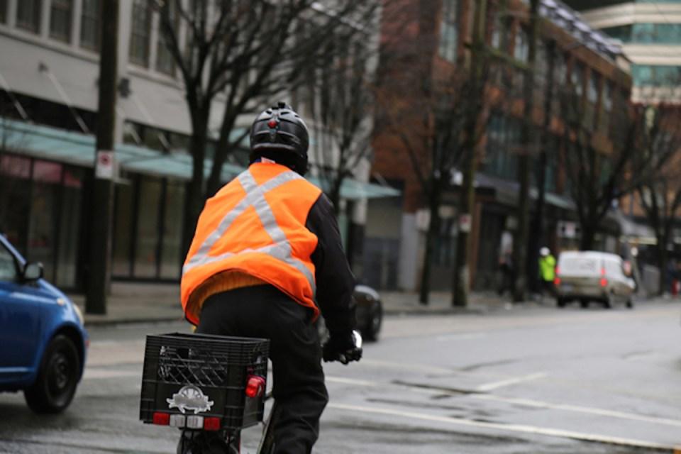Gerade im Herbst und Winter sollten Fahrradfahrer für die anderen Verkehrsteilnehmer sichtbar sein. Foto: ERGO Group