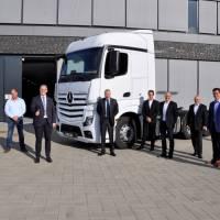 Daimler AG spendet der Handwerkskammer Sattelzugmaschine für die Kfz-Ausbildung