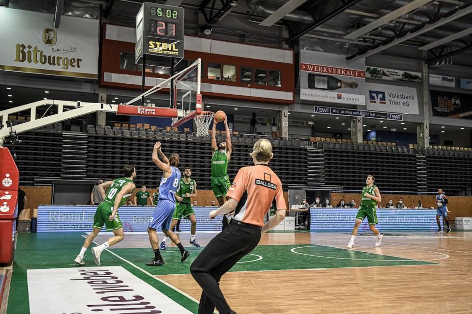 Robert Nortmann dunkt ein in der Arena - Foto: Simon Engelbert / Photogroove