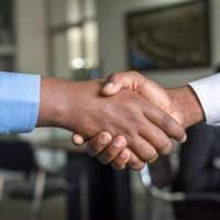 Händeschütteln und Begrüßungskuss werden selten
