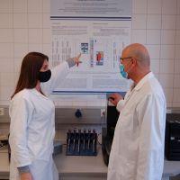 Professor Jobst Meyer und Doktorandin Marie-Anne Croyé diskutieren ihre Forschungsbefunde zur Primären Hyperhidrose. Bildquelle: Universität Trier