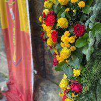 Zum Gedenken an die Opfer der Amokfahrt wurde an der Porta Nigra ein neuer Kranz der Stadt Trier niedergelegt. Bildquelle: Presseamt Trier