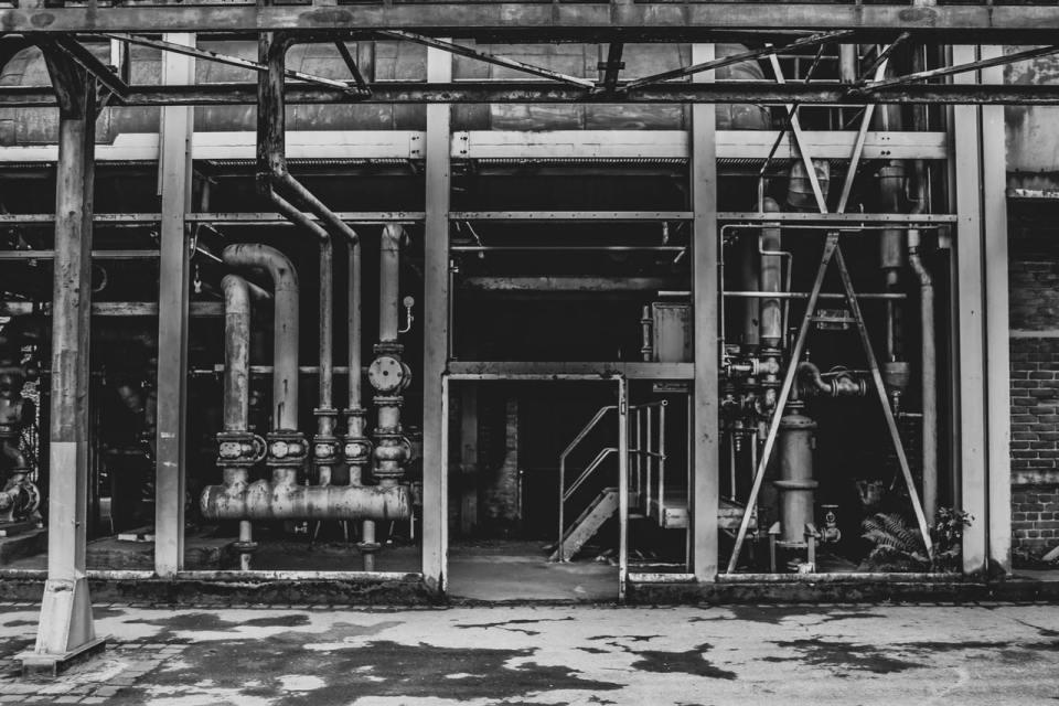 Das Foto zeigt Rohrleitungen in schwarz-weiss. Foto: n Alessandro Oliverio von Pexels
