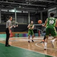 Smits passt Grün den Ball - Foto: Simon Engelbert / PHOTOGROOVE