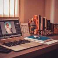 Apple Macbook steht auf einem Schreibtisch - Foto: Pexels from Pixaby