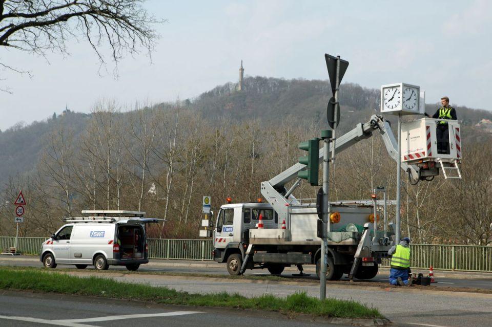 Die Installation der neuen Uhr nahe der Kaiser-Wilhelm-Brücke. Bildquelle: SWT