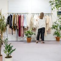 Das Bild zeigt eine Frau vor einem Kleiderständer. Foto von Ksenia Chernaya von Pexels