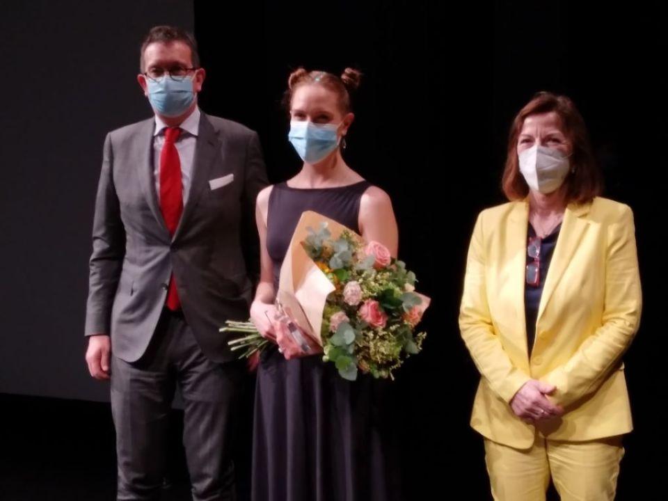 Bei der Siegerehrung erhielt Gewinnerin Anina Rubin (Mitte) neben dem Preisgeld einen Blumenstrauß. Bildquelle: Quattropole