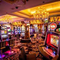Das Bild zeigt ein Casino mit Spielautoamten von Innnen - Foto: Kvnga on Unsplash