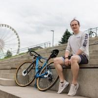Michael Martel mit seinem neuen Fahrrad am Zurlaubener Ufer in Trier. Bildrechte: 5vier.de/Frederik Herrmann.