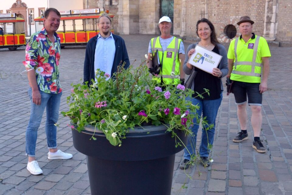 von links: Patrick Sterzenbach (1. Vorsitzender CIT), Christian Thesen (StadtGrün, Trier), Patrick Liding (Flower and Shower), Jennifer Schaefer (Leiterin der CIT-Geschäftsstelle), Michel Lenting (Flower and Shower). Bildquelle: City Initiative e.V.