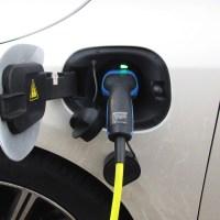 Das Bild zeigt einen Plugin-Stecker, der in einem Elektroauto steckt und dies lädt. Bild von: Menno de Jong - Pixabay