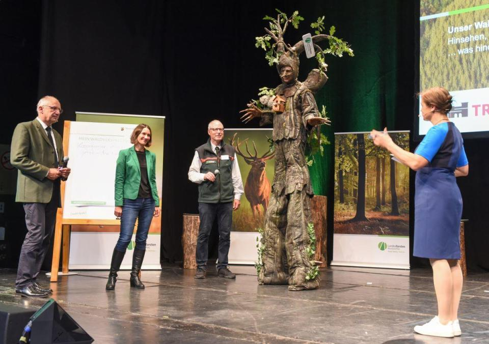 Aktionskünstler Ed Wood ringt den Besuchern der Veranstaltung Versprechen zum Wald ab. Bildquelle: Rolf Lorig