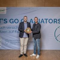 Der Geschäftsführer der Gladiators Trier Andre Ewertz und Markus Stolz, Bezirksdirektor der RheinLand Versicherungsgruppe Trier. Bildquelle: Simon Engelbert / PHOTOGROOVE