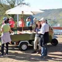 Die Riesling-Ape macht auch bei dieser Tour von Christiane Horbert in Alken halt und lädt die Wanderer zu einer Weinverkostung von Weinen der Terrassenmosel mit Snacks ein. Bildquelle: Christiane Horbert