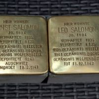 Die Stolpersteine für die Brüder Salomon in der Hohenzollernstraße 13. Bildquelle: Monika Metzler