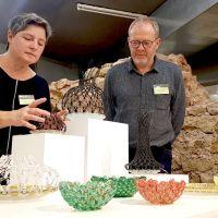 Glaskunst von Hedi Schon (Murmelschalen sowie Objekte aus Glas mit Klingeldraht) und Norbert Kölzer. Bildquelle: Constanze Knaack-Schweigstill/HWK Trier