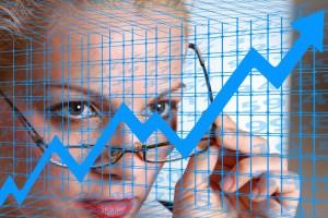 Das Bild zeigt eine Frau mit Brille die einen Chart betrachtet. - Bild von Gerd Altmann auf Pixabay