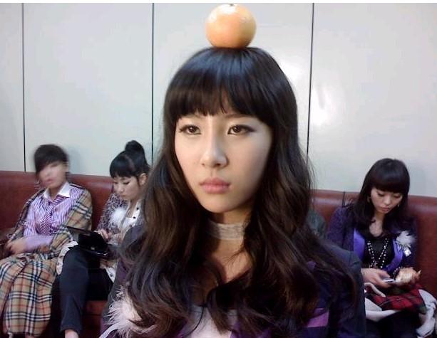 sunmi with orange on her head