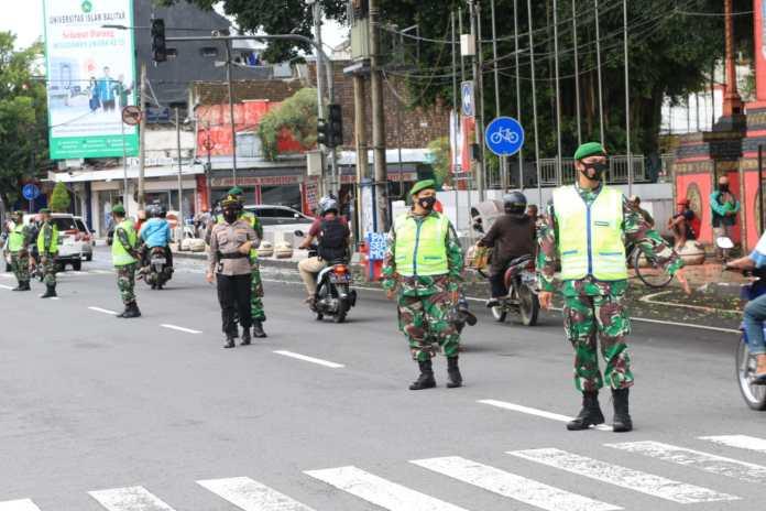 Satgas Covid-19 Saat Melakukan Operasi Yustisi di Depan Taman Pecut, Kota Blitar