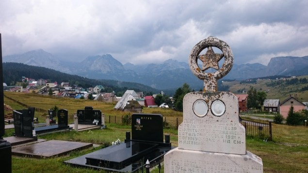 The cemetery in Žabljak on an elevated meadow overlooking the town and an impressive mountain panorama. Officers of the Yugoslavian army often have the communist star on their tombstones. Behind the peaks is the tara canyon