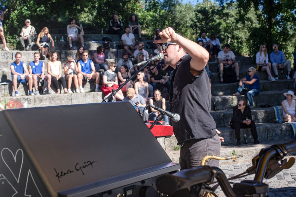 Soundbike by Klara Geist in front of Australian musician Andy V in the amphitheatre in Berlin's Mauerpark