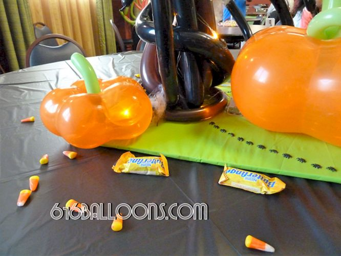 Halloween centerpiece pumpkin balloon sculpture by 616Balloons.com Grand Rapids, Mi. Premium balloon art & decor. Corporate events, private parties..