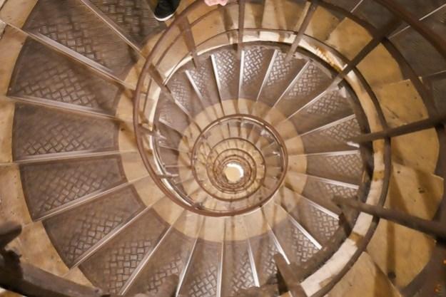מדרגות ספירליות למטה