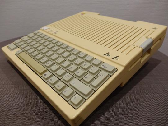Apple IIc. Diesen habe ich damals bei Data Becker im Schaufenster gesehen und fand ihn totschick.