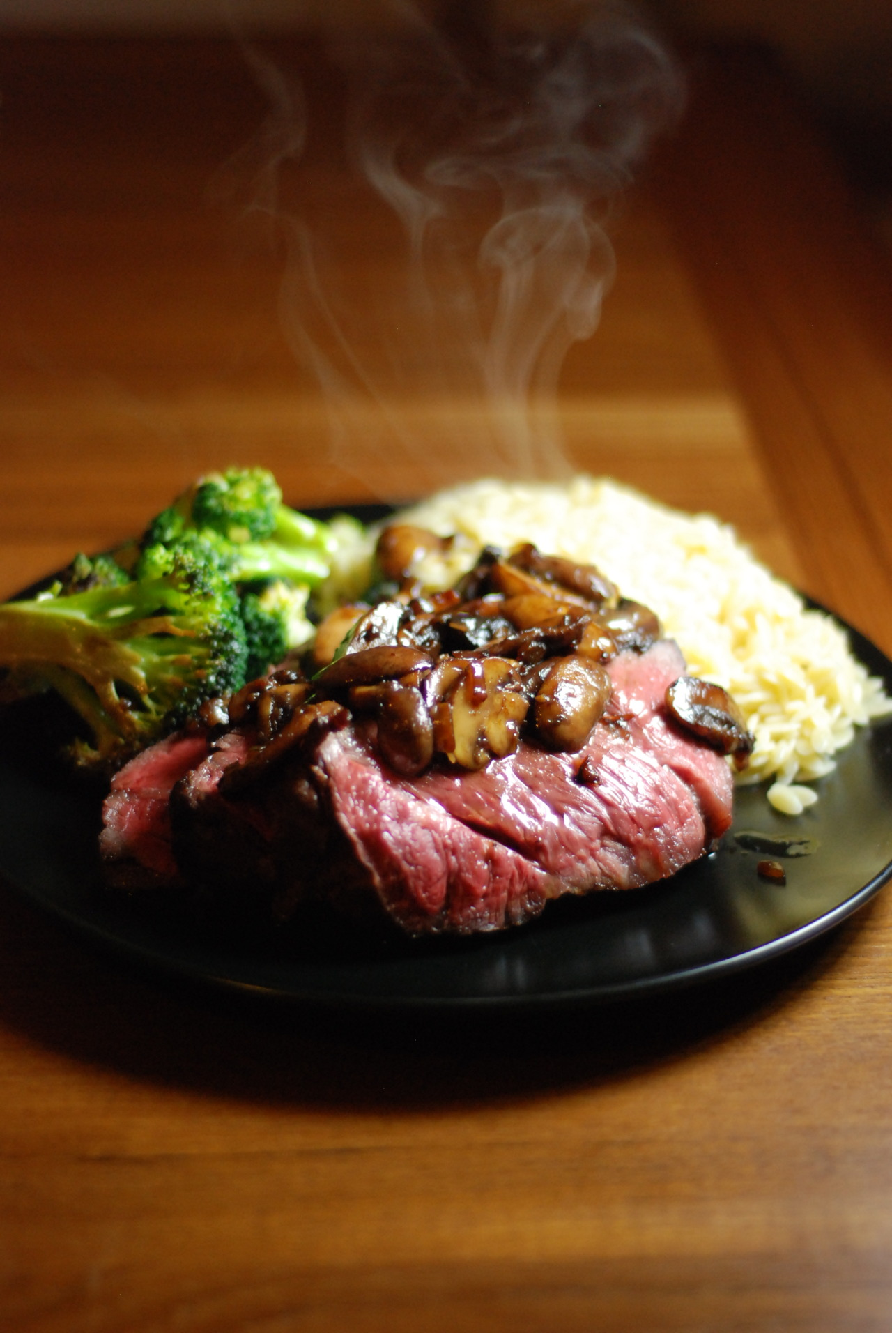 haldean eats      Sous vide hangar steak at 52 C with balsamic    Sous vide hangar steak at 52 C with balsamic mushrooms  sauteed broccoli  I  really