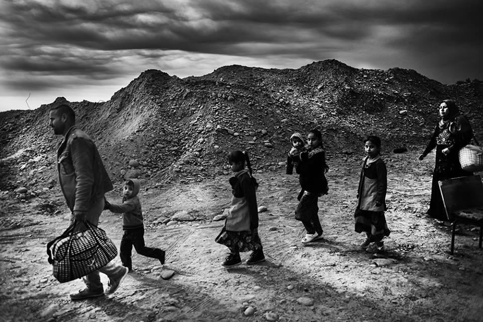"""limaotto: """" Famiglia in fuga durante la battaglia di Mosul Iraq, novembre 2016 """""""