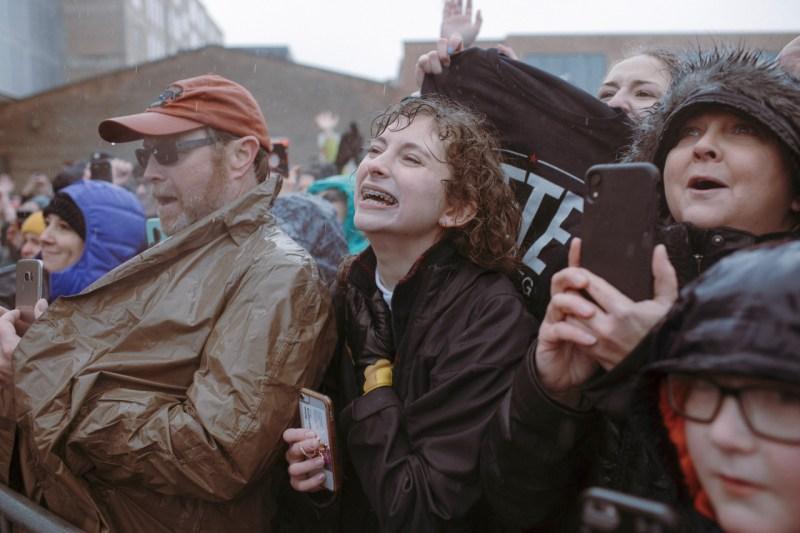 Сторонники ждут под дождем 14 апреля объявления о предвыборной кампании Пита Буттигига в Саут-Бенде.