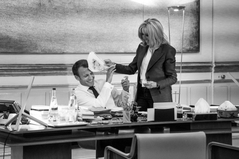 Президент Франции Эммануэль Макрон и его жена Бриджит разделяют личный момент, когда президент заканчивает свою работу незадолго до ужина в Елисейском дворце в Париже в сентябре.