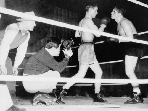 Cinematographer James Wong Howe on roller skates shooting BODY AND SOUL (Robert Rossen, 1947)