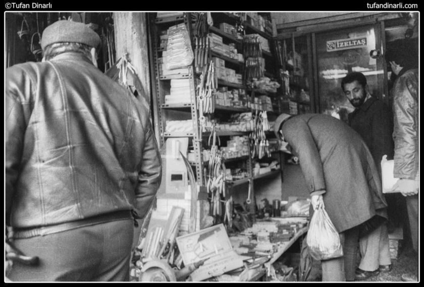 Bit Pazarı,Topkapı,Eski Eşyalar,istanbul sur içi,istanbul sur dışı,minibüs,dolmuş,ulaşım,araç,eski arabalar,seyyar satıcı,elbise,pazar yeri, alışveriş,ticaret,kış,istanbul, çarşı, pazar, 80'ler, eski fotolar, nostalji, emirgan, eski istanbul, denizbank, eski fotoğrafçılar, tahta fotoğraf makinesi, zabıta,ayakkabı, naylon torba, satıcı, topkapı, lahana, bit pazarı, eskici, çorap, saç kurutma makinesi,boyoz, yumurta, eski foto, eskimiş fotolar, yıpranmış foto, 1980, 1980-1990, 12 eylül, darbe,darbeden sonra, yaşam, hayat, alışveriş, pazaryeri, ayakkabı boyacısı, ayakkabıcı, mısır, mısır patlatan, popcorn, yüzük, bilezik, incik boncuk, 80s, alt, Nostalgie, 12 September, historische,Auswirkungen, Zeytinburnu, zeyrek, alte Fotos, Flussmündungen, Kindheit, Straßen,Nachbarschaften, Dokumentations-, Nachrichten, Erinnerungen, antik, Sepia, Kunst, Geschichte, 80'mit den Jahren, nostalgisch, antiquarische, Zeit, 80-х, старые, ностальгия, 12 сентября, исторические, воздействие, Стамбул, Зейтинбурну, Зейрек, старые фотографии, лиманы, детство, улицы, кварталы, документальный фильм, новости, воспоминания, античный, сепия, искусство, история, 80 'с годами, ностальгический, антикварные, время, παλιά, νοσταλγία, 12 Σεπτεμβρίου, ιστορικά, επιπτώσεις, Κωνσταντινούπολη, παλιές φωτογραφίες, εκβολές ποταμών, παιδική ηλικία, δρόμους, γειτονιές, ντοκιμαντέρ, ειδήσεις, μνήμες, αντίκες, σέπια, την τέχνη, την ιστορία, 80 'με τα χρόνια, νοσταλγικό, αρχαιολόγος, χρόνος, old, nostalgia, historical, impact, old photos, estuaries, childhood, streets, neighborhoods, documentary, news, memories, antique, art, history, 80 'with the years, nostalgic, antiquarian, time,
