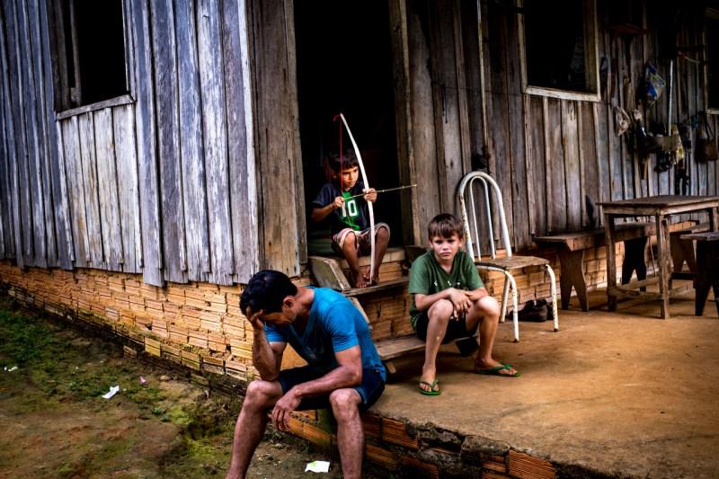Резиновые сборщики работают на охраняемых государством землях, что обеспечивает защиту от обезлесения. Но один резиновый таппер, Марсело Фирмиано да Силва, сфотографированный с двумя сыновьями 16 февраля, говорит, что с 2002 года были убиты 18 его коллег.
