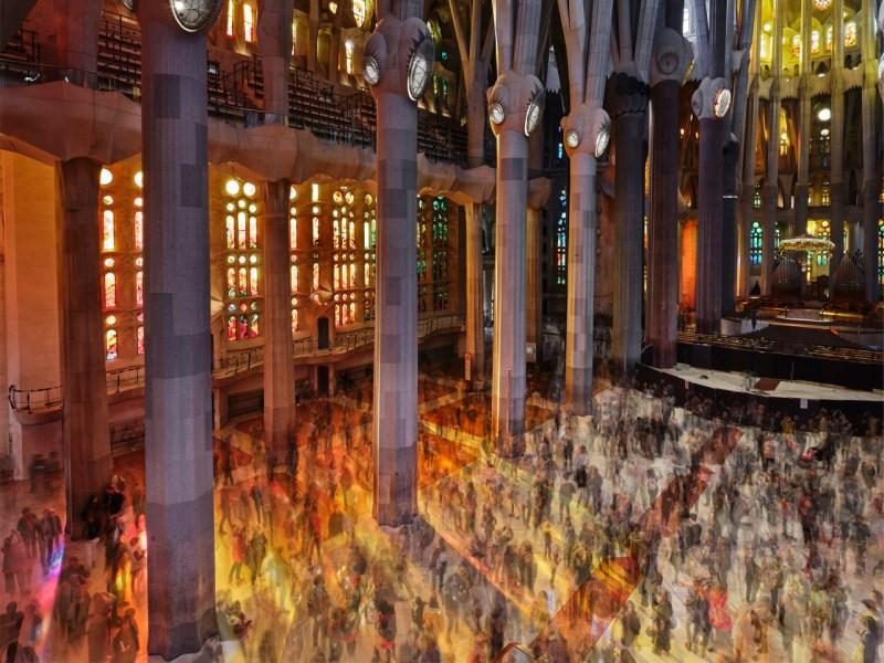 Плата за вход около 4 миллионов посетителей в Саграда Фамилия каждый год помогает обеспечить деньги, необходимые для завершения строительства. 18 марта посетители гуляют по нефу.