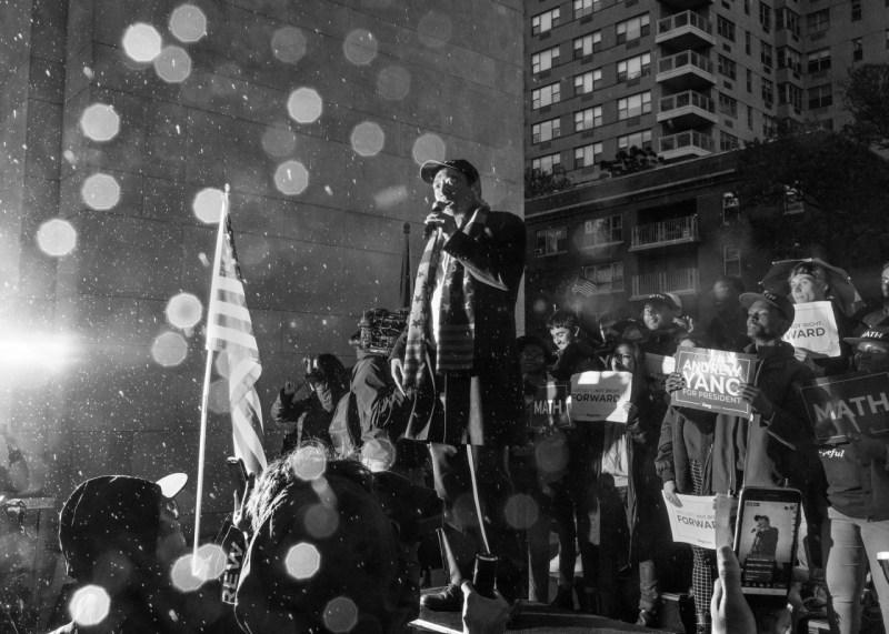 Кандидат в президенты от демократов Эндрю Янг беседует со сторонниками под дождем на митинге в парке Вашингтон-сквер в Нью-Йорке 14 мая.