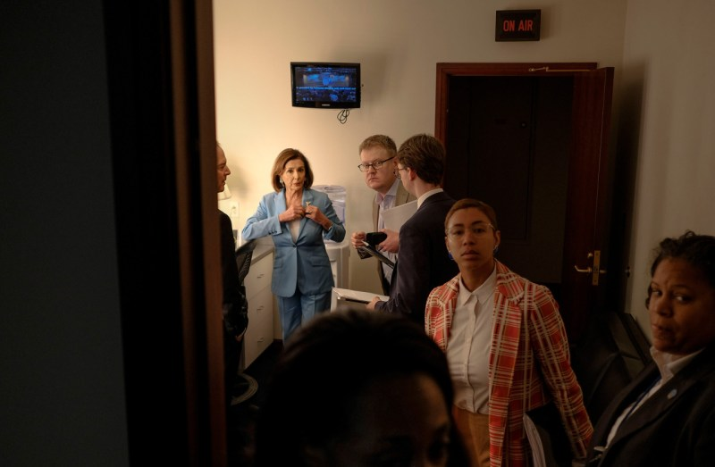 Спикер палаты представителей Нэнси Пелоси (штат Калифорния) и председатель комитета по разведке Палаты представителей Адам Шифф (штат Калифорния) входят в студию, где они будут говорить с журналистами о следующих шагах, связанных с расследованием импичмента, на пресс-конференции в Капитолии в Вашингтоне, округ Колумбия.
