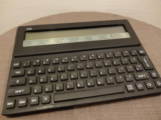 Der Cambridge Z88 von Sir Clive Sinclair. Ein Stück meines Computermuseums aus den 90er Jahren.