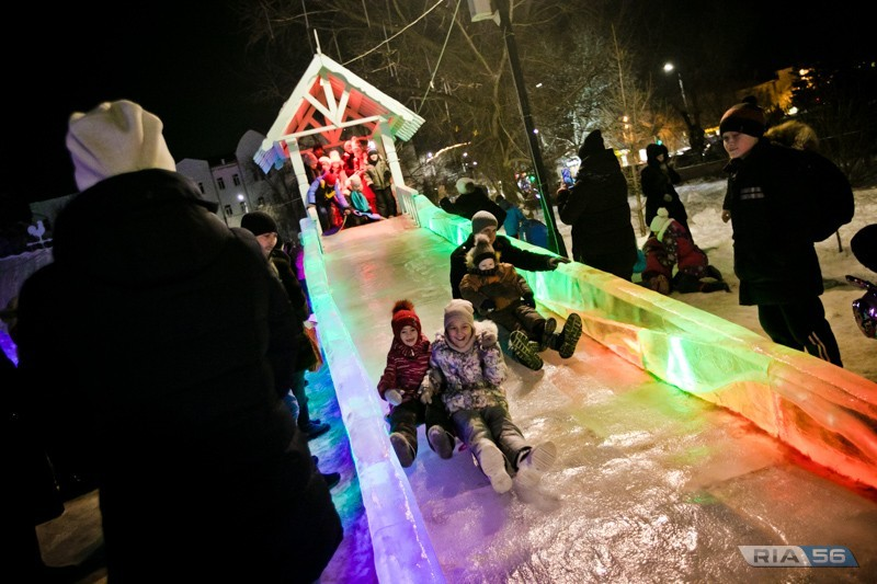 Главную новогоднюю елку открыли в Оренбурге